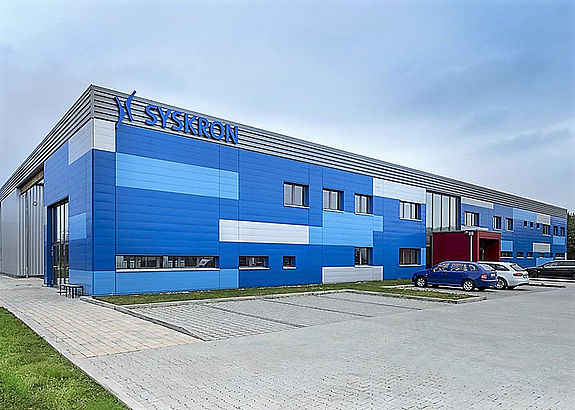 SYSKRON location Wackersdorf: Outside view of a blue office building